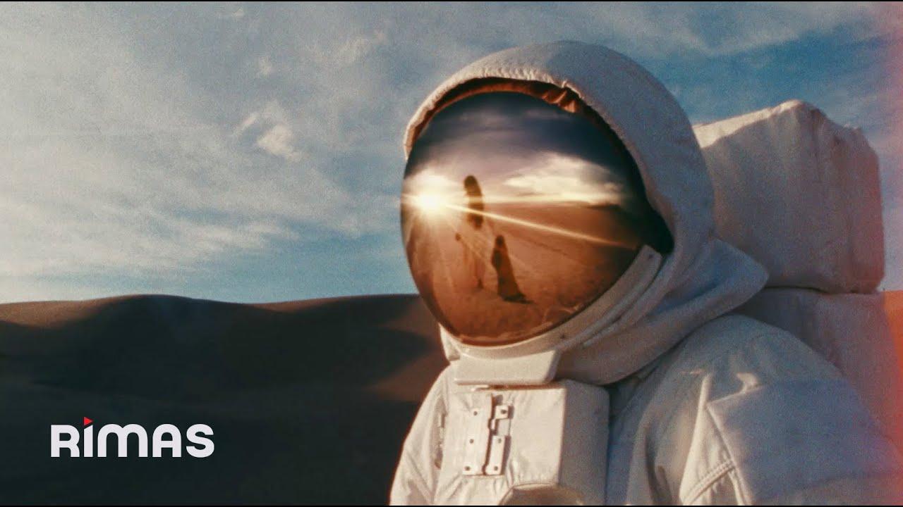 Bad Bunny y el astronauta del videoclip de